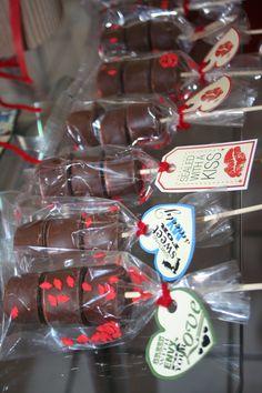 Paletas de bombón con chocolate y chispas en forma de besos para San Valentín