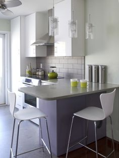Modern Kitchen. キッチンのインテリアコーディネイト実例...small kitchen inspirations come from all over the world...the Japanese are expert at optimizing the use of small spaces...
