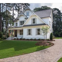 Trendy ideas for exterior brick house colors gray black shutters Brick House Colors, White Brick Houses, White Exterior Houses, Exterior Siding, Exterior Remodel, White Farmhouse Exterior, Gray Exterior, Colonial Exterior, Ranch Exterior