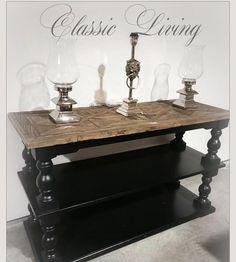 """DUBAI CLASSIC: Lekkert håndprodusert konsollbord. Bordplaten har flott innfelt mønster og er laget av gammel alm etter gamle tredører. Understellet i solid bjørk har kraftige sortmalte ben. Dette bordet er like fint som konsollbord TV-bord eller konsoll bak en sofa og er like flott i gangen som i stuen. Kan også benyttes som en flott kjøkkenøy.  Passer svært godt til salongbordet """"Dubai"""". Mål: Lengde: 145 cm Dybde: 55cm Høyde: 85 cm #classicliving #dubaiclassicblackelm"""