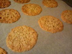 Nemme og dejlig sprøde småkager til Antons fredagshygge idag. 75 g smør - smeltes 75 g havregryn 125 g sukker 1 æg 1 spsk mel 1 tsk v...