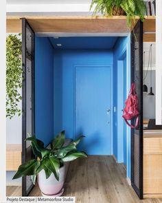 O hall desse apartamento recebeu uma impressionante pintura azul na parede e no teto. Resultado incrível por Metamoorfose Arquitetura. Ad @arquiteturadecoracao @acstudio.arquitetura #arquiteturadecoracao #olioliteam #grupodecordigital #adsala