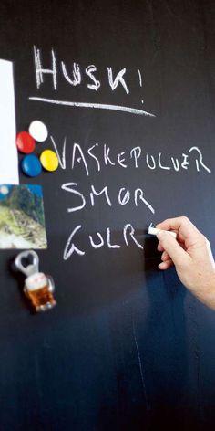 HERLIG DUO: Kombinerer du magnetmalingen med tavlemaling kan du ikke bare henge bilder og magnet der du ønsker- du kan også skrive rett på veggen.