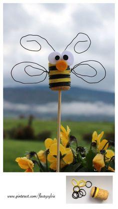 Raindow Looms sur un bouchon, un peu de fil de fer....une petite guêpe ! #Bricolage #enfant #abeille http://pinterest.com/fleurysylvie/mes-creas-pour-les-kids/