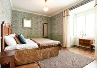 Alman Huoneet sijaitsevat rakennuksen uudisosassa (rakennettu 2006), joten äänieristys ja muut nykyajan mukavuudet on yhdistetty vanhaa tyyliä kunnioittaen ravintolaosaan. Kaikki huoneet on osittain sisustettu antiikkiesineillä ja huoneiden värisävyt ovat erilaisia, joten kahta samanlaista huonetta ei Almasta löydy.Puurakenteisena hotellina Alma tarjoaa majoittujalle erottuvan hotellikokemuksen ja rauhallisen yöpymisen.