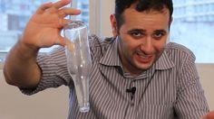 Nada como zoar os amigos. Um desafio fácil de fazer e com objetos simples. Levante uma garrafa com dois dedos sem deixá-la cair.