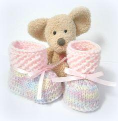 Chaussons bébé tricotés roses pastels taille 1 à 3 mois Tricotmuse : Mode Bébé par tricotmuse
