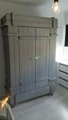 Kast pallethout. https://m.facebook.com/henkdecor