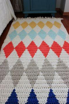 Pirjon kädenjälkiä: Virkattu harlekiinimattoveb/ love this colourful diamonds carpet