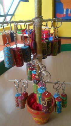 Porta-chaves elaborados com rolhas de cortiça e pintados com guaches.