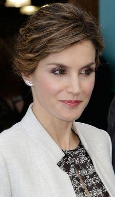 Doña Letizia utilizó por segunda vez la pluma de diamantes de Chanel que estrenó en noviembre 2015 para su encuentro con la Reina Rania de Jordania en Madrid.
