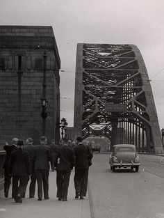 This image around the early 1950s shows much less traffic on the Tyne Bridge than you would see today. Gateshead Millennium Bridge, Newcastle Gateshead, Middlesbrough, North East England, Uk Homes, Old London, Sydney Harbour Bridge, Then And Now, Durham