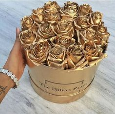 The billion roses / Golden roses - Anastassia Krez Billion Roses, Happy V Day, Gold Aesthetic, Expensive Taste, Stay Gold, Flower Boxes, Luxury Lifestyle, Wealthy Lifestyle, Girly Things