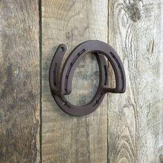 Support de bride, utilisation de corde, support de tack, rênes en grange ou atelier, pente côtés + accroche doucement. Gravure en option. Véritable fers à cheval, peinture poudrée pour une protection maximale pour votre harnachement. Comprend 4 vis à bois. Quatre trous de 1/4 po sont pré-percés pour vous, donc anneaux peuvent être montés solidement sur un mur de grange, outil ou un abri de jardin, cheval remorque / stall, stall Lama et ou une sellerie. 5.25 large et de haut. Pouve...