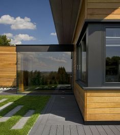 "Przeszklona ""kostka wejściowa"" - widok z boku Smart Home, Interior Architecture, House Plans, Deck, House Design, Windows, How To Plan, Outdoor Decor, Inspiration"