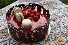 Edit barátnőm születésnapjára készült ez a torta. Mivel meglepetéstorta volt, én találhattam ki, milyen ízű legyen. Az alapját a máln... Cupcake Cakes, Cupcakes, Izu, Tiramisu, Mousse, Fondant, Cake Decorating, Food Porn, Food And Drink