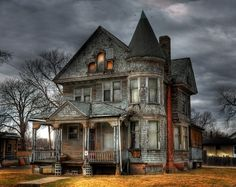 If you can get passed the spooky emotions attached to abandoned property you might just discover something beautiful. Often abandoned properties have incredibly detailed and stunning architecture commonly not found . Abandoned Property, Old Abandoned Houses, Abandoned Buildings, Abandoned Places, Creepy Houses, Spooky House, Halloween Haunted Houses, Halloween House, Abandoned Castles