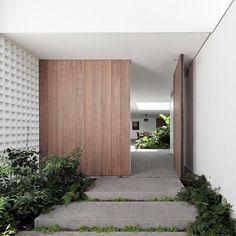 Image 4 of 13 from gallery of Alto de Pinheiros House / AMZ Arquitetos. Photograph by Maíra Acayaba Modern Entrance, Entrance Design, House Entrance, Facade Design, Entrance Doors, Door Design, House Design, Garden Design, Modern Exterior