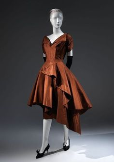 Evening Dress ~ 1952 ~ Charles James (American, born Great Britain, ~ American ~ silk ~ Brooklyn Museum Costume Collection at The Metropolitan Museum of Art ~ The skirt of this dress is an especially exuberant rendering of James's spiral draping. Vintage Outfits, Vintage Gowns, Vintage Mode, Charles James, 1950s Style, Antique Clothing, Historical Clothing, 1950s Fashion, Vintage Fashion