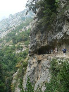 Actualmente la Ruta del Cares es frecuentada por miles de turistas que desde Valdeón realizan la travesía a Cabrales o viceversa. La Ruta del Cares tiene una extensión de unos 12 km., algo más que el curso del río.