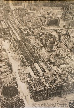 """Unterschrift:  Berlin- """"Das größte Ruinenfeld der Weltgeschichte"""" Potsdamer Bahnhof und Haus Vaterland 1946. abfotografiert bei """"Icke"""",der vor ser Nikolai-Kirche alte ansichten auf Schauwänden zeigt. ---- Bahnhof und Gleisgelande ist heute der breite Grünstreifen neben dem Gebäude-Komplex am Potsdamer-Platz"""