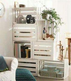 Mueble divisorio con cajas de fruta
