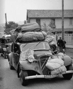 1940 civilians running away from war Classic Mini, Classic Cars, Peugeot, Vintage Cars, Antique Cars, Art Deco Car, Automobile, Citroen Traction, Traction Avant