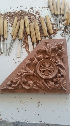 Wood Carving Designs, Wood Carving Patterns, Ornaments Design, Wood Ornaments, Handmade Design, Handmade Art, Diy Wood Projects, Wood Crafts, Chip Carving