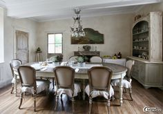 Dans la salle à manger de la maison d'hôtes 'Hôtel de Suhard', lustre à pampilles de verre 'Labyrinthe interiors', table 'Blanc d'Ivoire' et chaises 'Camille Bertrand'