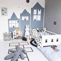 Rascacielos azules en una habitación infantil | DecoPeques