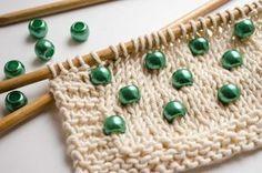Falls du schon immer wissen wolltest, wie du ganz einfach Perlen in dein Strickstück integrieren kannst, haben wir hier die Lösung für dich. Hier ist kein vorheriges Fädeln der Wolle durch die Perlen oder das Erlernen von schwierigen Techniken nötig, damit die Perlen auch am gewünschten Platz bleiben. Die einzige Schwierigkeit wird sein, dich …