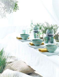 Une décoration de table d'été élégant grâce à la vaisselle bleu lagon accompagnée de touches dorées