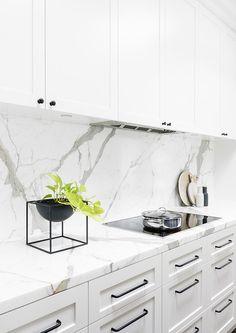 White Kitchen Marble Backsplash Awesome 14 White Marble Kitchen Backsplash Ideas You Ll Love White Marble Kitchen, White Kitchen Cabinets, Kitchen Cabinet Design, Interior Design Kitchen, Kitchen Hardware, Kitchen Handles, Drawer Hardware, Shaker Cabinets, Green Marble