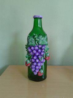 garrafa decorada com biscuit no Elo7 | fazendo arte com amor (62AC0F) Glass Bottle Crafts, Diy Bottle, Bottle Art, Glass Bottles, Glass Painting Designs, Paint Designs, Garrafa Diy, Clay Jar, Canvas Painting Tutorials