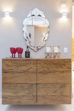 Aparador em madeira de demolição com espelho veneziano