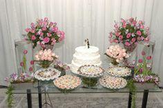 Decoração da mesa do bolo de casamento com docinhos e etc... www.decoracaodecasamento.blog.br