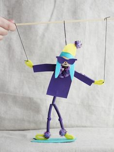 Time to hit the slopes with this DIY snowboarder puppet!!