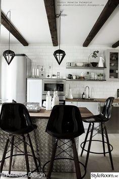köksö,barstolar,taklampa,kökshylla,kylskåp