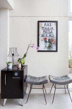 Um apartamento com jeito de loft e com décor repleto de detalhes personalizados: https://www.casadevalentina.com.br/blog/open-house-%7C-melina-romano-11263 -----------------------------  An apartment with loft-like and filled with custom décor details: https://www.casadevalentina.com.br/blog/open-house-%7C-melina-romano-11263