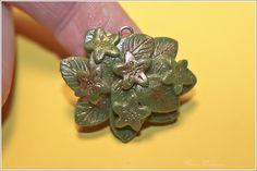 Anhänger aus Polymer Clay grün-metallisch schimmernd.     Polymer Clay ist eine ofenhärtende Modelliermasse, die es in verschiedenen Farben gibt. In r