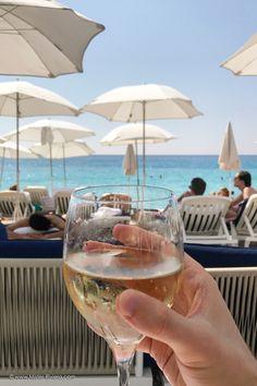 Un été sur la plage Le Galet à Nice, le nouveau spot trendy de la Côte d'Azur. Plage privée, restaurant, bar lounge en plein centre ville de Nice. Découvrez l'article complet sur le blog Mister Riviera, blog sur Nice et la Côte d'Azur France 2017