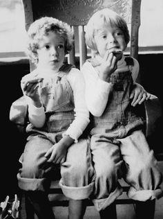 Le confiturier à droite et sa soeur à gauche. De fins gouteurs à un jeune âge!