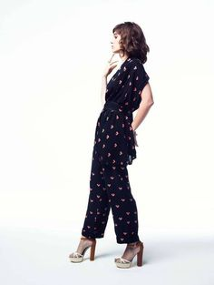 Lizzy Caplan wears: cropped trousers and blouse by Corey Lynn Calter; shoes, by Greymer. Styling JAK at The Wall Group. Mean Girls, Cropped Trousers, Red Carpet Looks, American Actress, Style Icons, Harem Pants, Celebrity Style, Cool Outfits, Jumpsuit