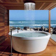 Já pensou em tomar banho olhando para o mar? Esta é a proposta desta banheira, que contém um design muito diferente e arrojado. Local perfeito para relaxar! #banheira #mar #relaxar
