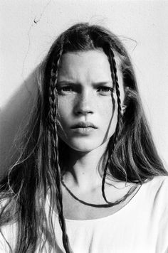 Heroin chic was a popular aesthetic from the images of Kate Moss and Jaime King looking thin and emaciated was defined the culturally frustrated grunge era. Kate Moss Joven, Fashion Guys, High Fashion, Trendy Fashion, Fashion Shoes, Simply Fashion, 2000s Fashion, Timeless Fashion, Moss Fashion