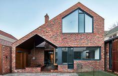 Tudor Revival Residence in Eastern Melbourne / Warc Studio Modern Brick House, Brick House Designs, Brick Houses, Brick Design, Brick Architecture, Enterprise Architecture, Built In Seating, White Paneling, Brickwork