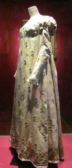 Dress with square neckline, long tight upper puffed sleeves, Empire waistline Worn by Julie Clary in the early days of the Napoléonic empire. This website has some beautiful pictures & useful information. Chateau De Malmaison, Rueil Malmaison, Royal Fashion, French Fashion, 1800s Fashion, Vintage Fashion, Jane Austen, Regency Dress, Regency Era