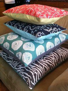 Envelope Pillow Tutorial  http://mejiamamma.blogspot.com/2012/02/diy-envelope-pillow-ase-tutorial.html
