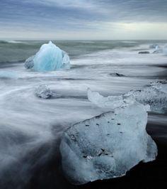 Situé au sud du glacier Vatnajökull entre le Parc national de Skaftafell et la ville de Höfn en Islande, le lac Jökulsárlón regorge de merveilles comme celles-ci