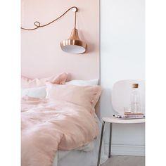 Rose Quartz!      Para sonhar diariamente   #lardocecasa  #boanoite #bedroom #rosequartz #metalico #quarto #arquitetura #decor #decoração #homedecor  #olioliteam  #mood #ootd